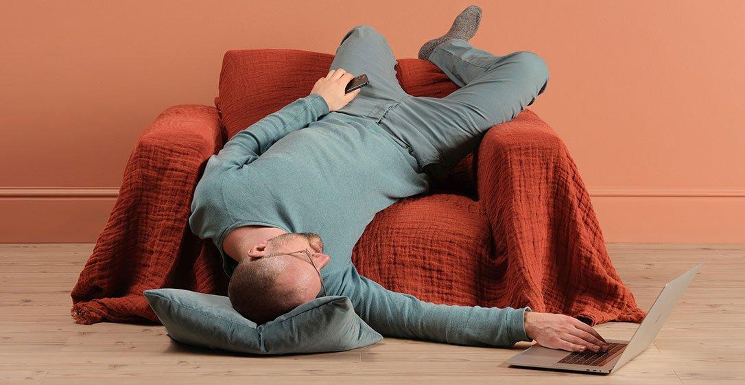 Ein junger Mann sucht verzweifelt am Computer ein neues Sofa